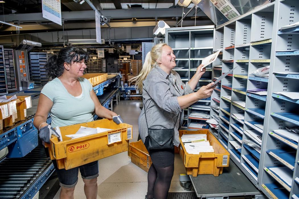 Postmedarbejder Marie-Louise West på job hos postcenteret på Snaremosevej i Fredericia. Den manuelle sortering sammen med Teuta Rushiti.