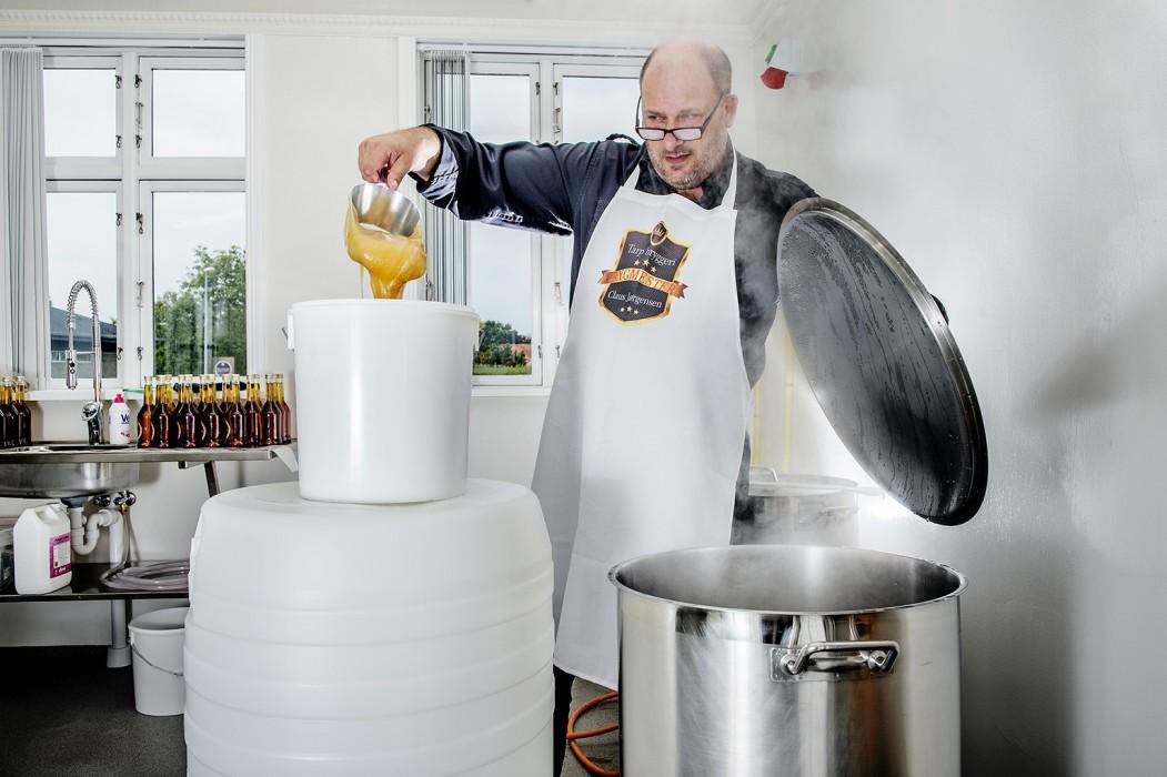 Claus Jørgensen har startet bryggeri op i Tarp ved Esbjerg. Her brygger han mjød.