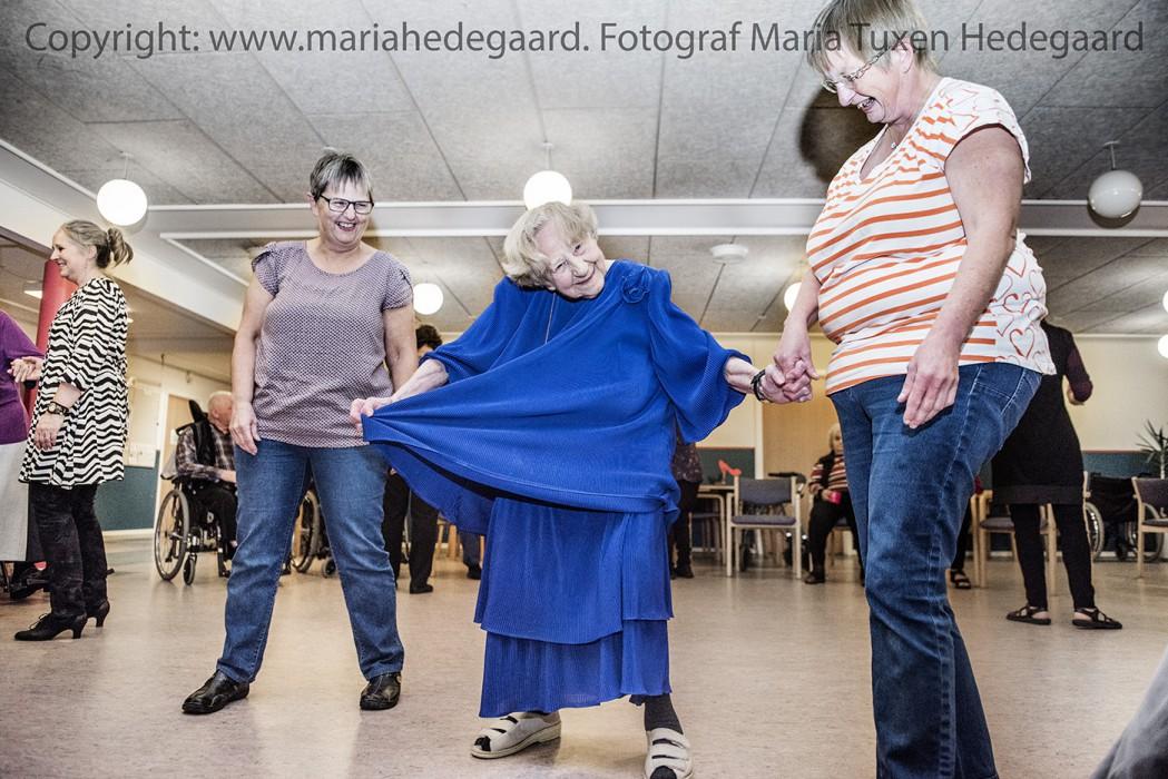 På ældrecentret Solvang hvor ældre  med og uden demens danser Erindringsdans. Et koncept, hvor der  danses til musik fra ungdommen og laves sanglege. (Fotograferet til Ergoterapeuten)