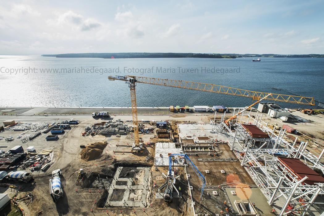 Skærbækværket. Håndværkere er igang med at bygge værket om, så det kan køre på biomasse. Byggepladsen hvor der er ved at blive bygget kedelhus og gjort parat til grabkraner, der kan tømme skibene for træflis. (Fotograferet til Dansk Fjernvarme)